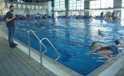 מדריך ותלמידה בקורס לימוד שחייה בסניף בגבעתיים