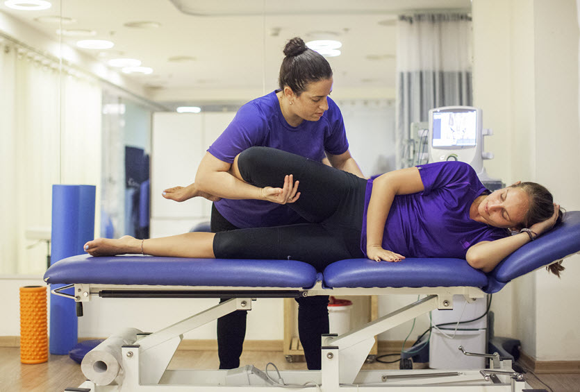 פיזיותרפיסטית מטפלת במכון