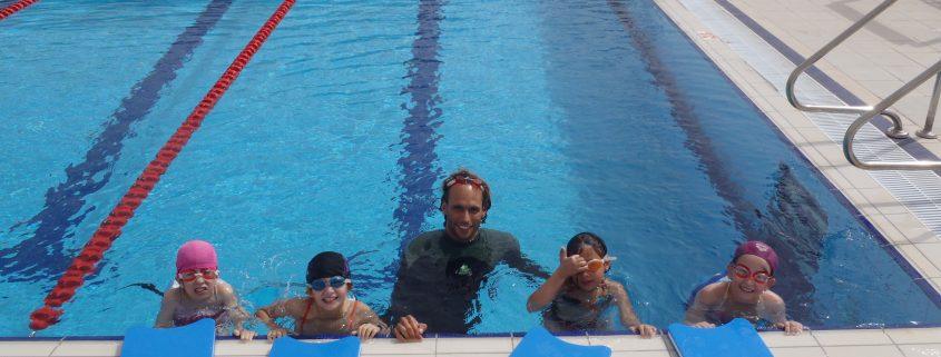 ילדים לומדים שחייה עם אסף המדריך