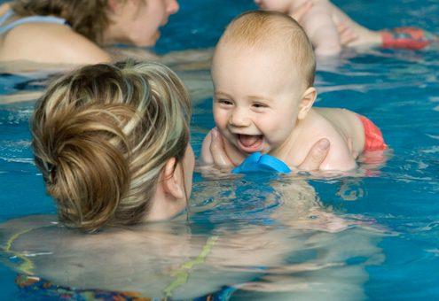 אמא ובנה התינוק בחוג שחייה לתינוקות
