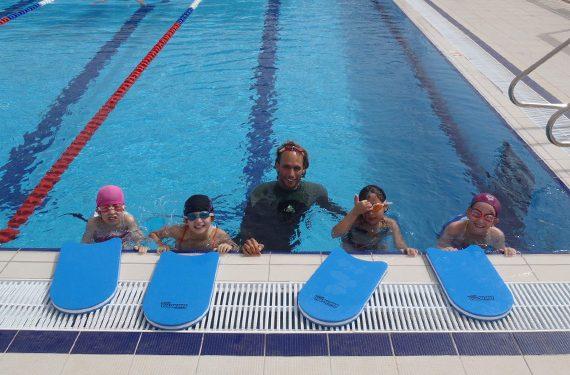 אסף והתלמידים בזמן חוג שחיה לילדים