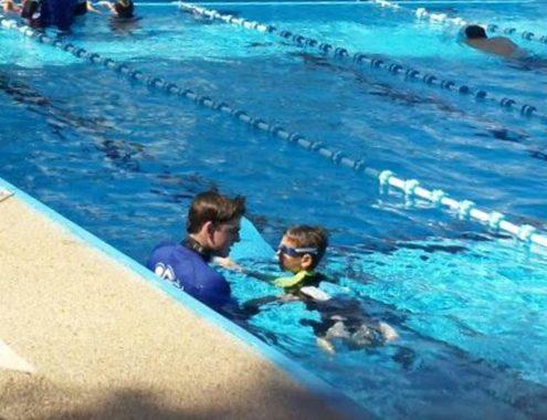 מדריך ותלמיד בקורס לימוד שחייה בסניף במכבים