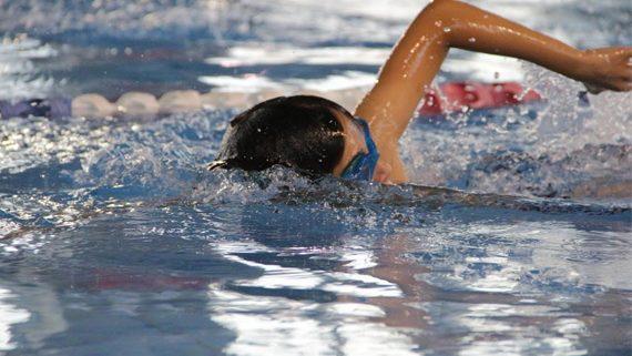 ילד בבריכה בשיעור לימוד שחיה ילדים
