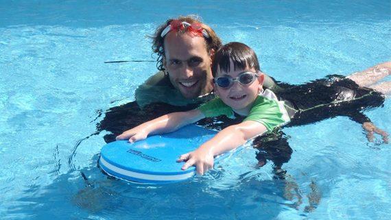 אסף המדריך יחד עם אחד התלמידים - חוג שחיה לילדים