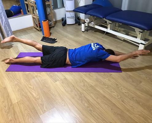 הדגמה של שכיבה על הבטן לחיזוק גב לתחתון